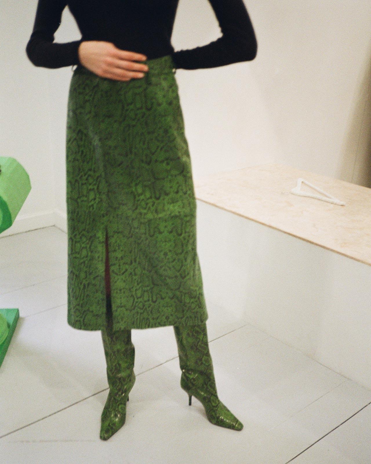 Gestuz AW20 Präsentation Copenhagen Fashion Week green snake boots and skirt